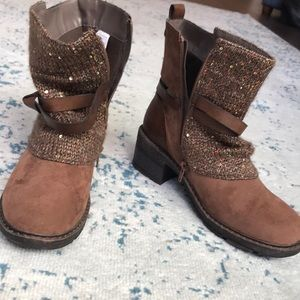NWOT brown boots with designs!